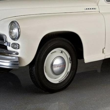 Колесные диски с колпаками и покрышками ГАЗ М-20 Победа